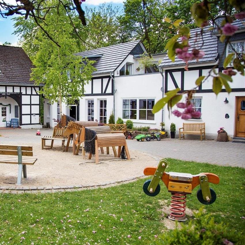 Innenhof mit separatem Eingang zu allen Ferienwohnungen, zum Landcafé und zur Kaffeerösterei